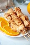 Faixa do peito de frango cozida com laranjas fotografia de stock