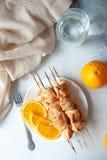 Faixa do peito de frango cozida com laranjas imagens de stock royalty free