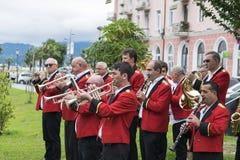 Faixa dos músicos em túnicas vermelhas Fotografia de Stock Royalty Free