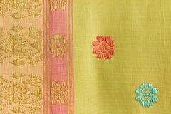 Faixa e Flora Pattern Thai Silk imagens de stock