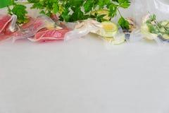 A faixa e os vagatables em sacos de vácuo para o vide sous que coocing no branco marbleized o fundo Fotografia de Stock Royalty Free