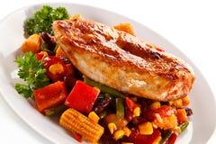 Faixa e vegetais grelhados da galinha fotos de stock
