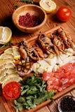 Faixa fresca das lagostas, a vermelha e a branca do pangasius de peixes Foto de Stock