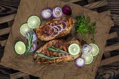 Faixa grelhada da galinha com ervas em um papel foto de stock royalty free