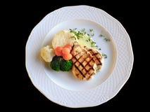 Faixa grelhada da galinha com vegetais e molho fervidos da manteiga Foto de Stock