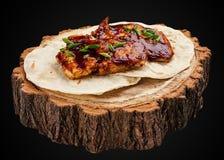 Faixa grelhada da galinha em uma fatia de madeira fotos de stock royalty free