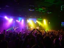 A faixa havaiana do estilo o verde consegue a multidão acenar as mãos no ai Imagens de Stock Royalty Free