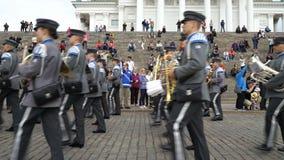 A faixa militar finlandesa de força de defesa executa o concerto e a parada públicos livres no centro de Helsínquia video estoque