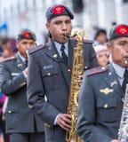 A faixa militar joga durante a parada de Paseo del Nino Imagens de Stock