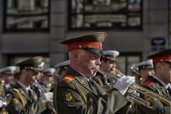 A faixa militar marcha na parada da vitória fotos de stock royalty free