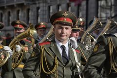 A faixa militar marcha na parada da vitória imagem de stock