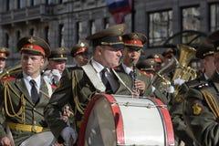 A faixa militar marcha na parada da vitória fotos de stock