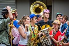 Faixa musical das estudantes de Medicina que executam na rua foto de stock royalty free