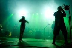 Faixa no estágio no concerto. Fotos de Stock