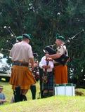 A faixa no Scottish tradicional sere kilts com backpipes, Dr. imagens de stock