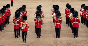 Faixa reunida no agrupamento a parada em protetores de cavalo, Londres Reino Unido da cor, com os soldados no uniforme ic?nico e  imagem de stock