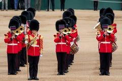 Faixa reunida no agrupamento a parada em protetores de cavalo, Londres Reino Unido da cor, com os soldados no uniforme ic?nico e  fotografia de stock royalty free