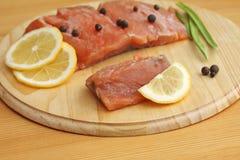 Faixa Salmon com limão e especiarias na placa de madeira Fotografia de Stock