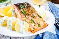 Faixa salmon cozida e batatas fervidas Imagens de Stock