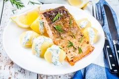 Faixa salmon cozida e batatas fervidas Imagem de Stock