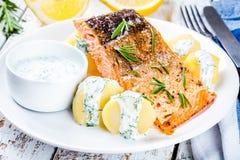 Faixa salmon cozida e batatas fervidas Fotografia de Stock Royalty Free