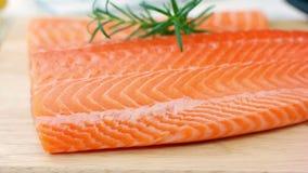Faixa salmon crua fresca na placa de madeira filme