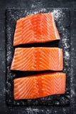 Faixa salmon crua no fundo escuro da ardósia, peixe atlântico selvagem fotos de stock royalty free