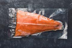 Faixa Salmon empacotada no bloco de vácuo plástico fotos de stock royalty free