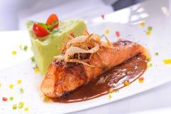 Faixa salmon grelhada com o sau grelhado doce da cebola Fotos de Stock Royalty Free