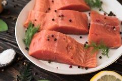 Faixa Salmon na mesa de cozinha rústica fotografia de stock