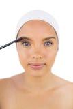 Faixa vestindo da mulher sensual usando a escova da sobrancelha Fotografia de Stock Royalty Free