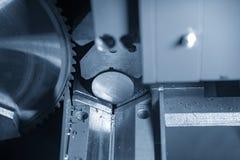 A faixa viu as hastes de metais cruas do corte de máquina imagem de stock royalty free
