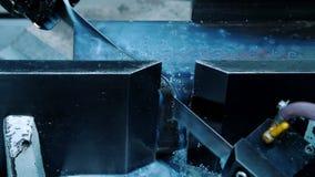A faixa viu a máquina de corte de alta velocidade durante a metalurgia Refrigerar da parte de aquecimento vídeos de arquivo