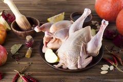 Faixas cruas da galinha na placa de corte de madeira, Fotos de Stock Royalty Free