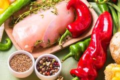 Faixas cruas do peito de frango com os ingredientes dos vegetais na bandeja Fotografia de Stock Royalty Free