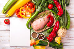 Faixas cruas do peito de frango com os ingredientes dos vegetais na bandeja Imagem de Stock Royalty Free