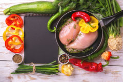 Faixas cruas do peito de frango com os ingredientes dos vegetais na bandeja Imagem de Stock
