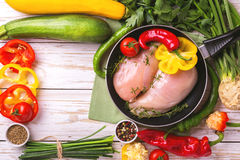 Faixas cruas do peito de frango com os ingredientes dos vegetais na bandeja Fotografia de Stock