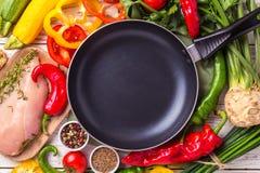 Faixas cruas do peito de frango com os ingredientes dos vegetais na bandeja Foto de Stock