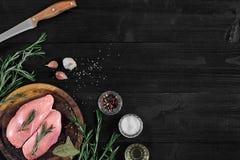 Faixas cruas do peito de frango na placa de corte de madeira com ervas e especiarias Vista superior com espaço da cópia Imagens de Stock Royalty Free
