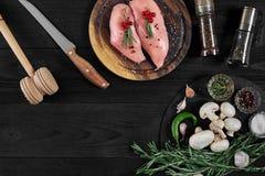 Faixas cruas do peito de frango na placa de corte de madeira com ervas e especiarias Vista superior com espaço da cópia Imagem de Stock Royalty Free