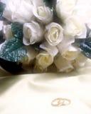Faixas de casamento com rosas brancas imagem de stock royalty free