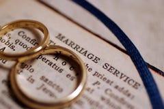 Faixas de casamento na Bíblia Imagem de Stock Royalty Free