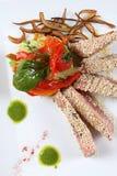 Faixas de peixes do atum e vegetais decorativos Fotos de Stock