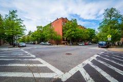 Faixas de travessia no intersetion de John Street e de Lafayette Avenu Imagens de Stock