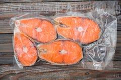 Faixas salmon congeladas em um pacote do vácuo imagem de stock royalty free