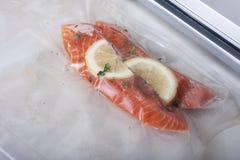 Faixas Salmon em um pacote do vácuo Sous-vide, nova tecnologia c fotos de stock royalty free