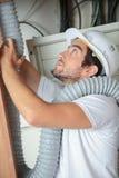 Fajczany instalator instaluje drymbę fotografia royalty free