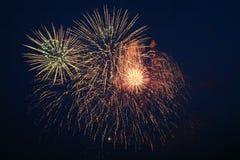 Fajerwerków wybuchy przeciw nocnemu niebu fotografia stock