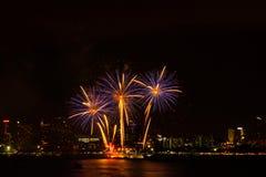 Fajerwerk kolorowy na nocy miasta widoku tle dla świętowania Zdjęcie Royalty Free